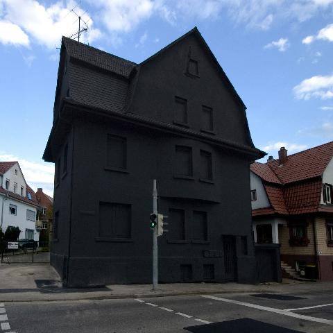 Haus in Schwarz | KESSEL.TV