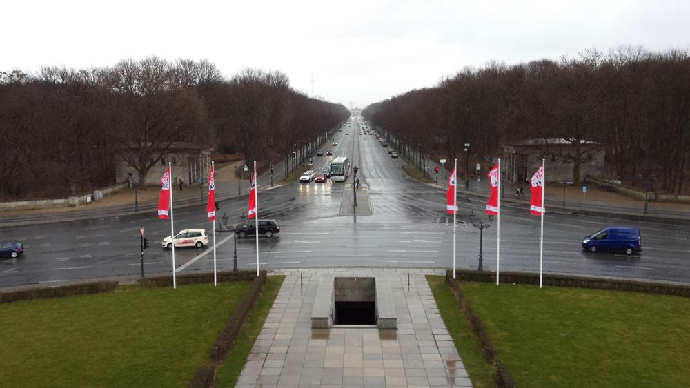Weilimdorf hat eine neue breite Straße, die auf einen neues großes Denkmal zu läuft, das Gerlinger Tor.