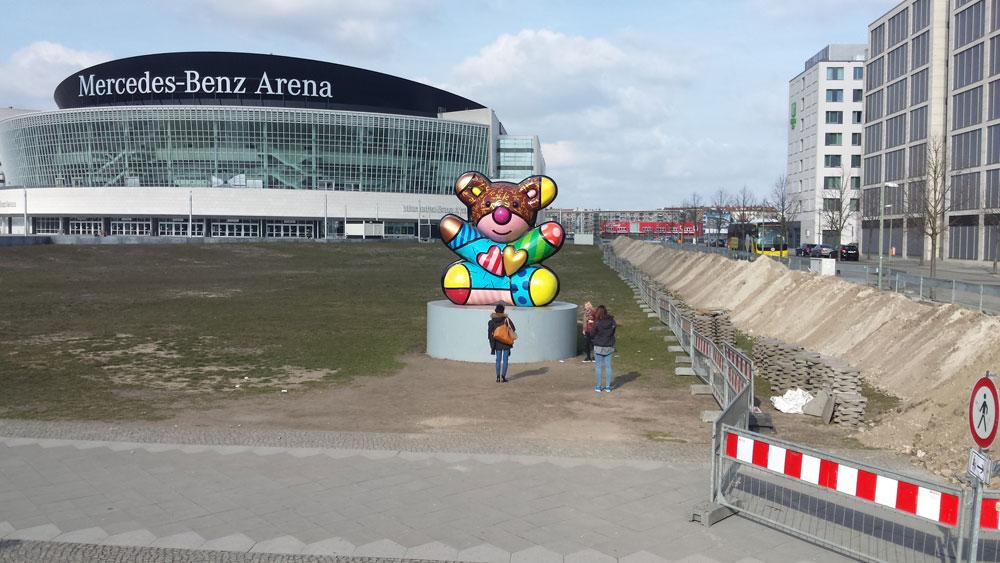 Gnihihihihi, die O2 World heißt seit kurzem Mercedes-Benz-Arena. Ditte is Stuttgart.