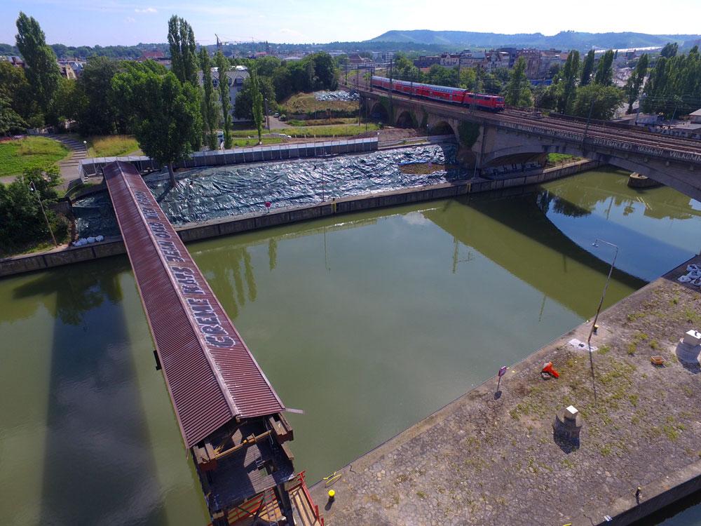 Die Holzbrücke in Cannstatt, die aktuell abgerissen wird