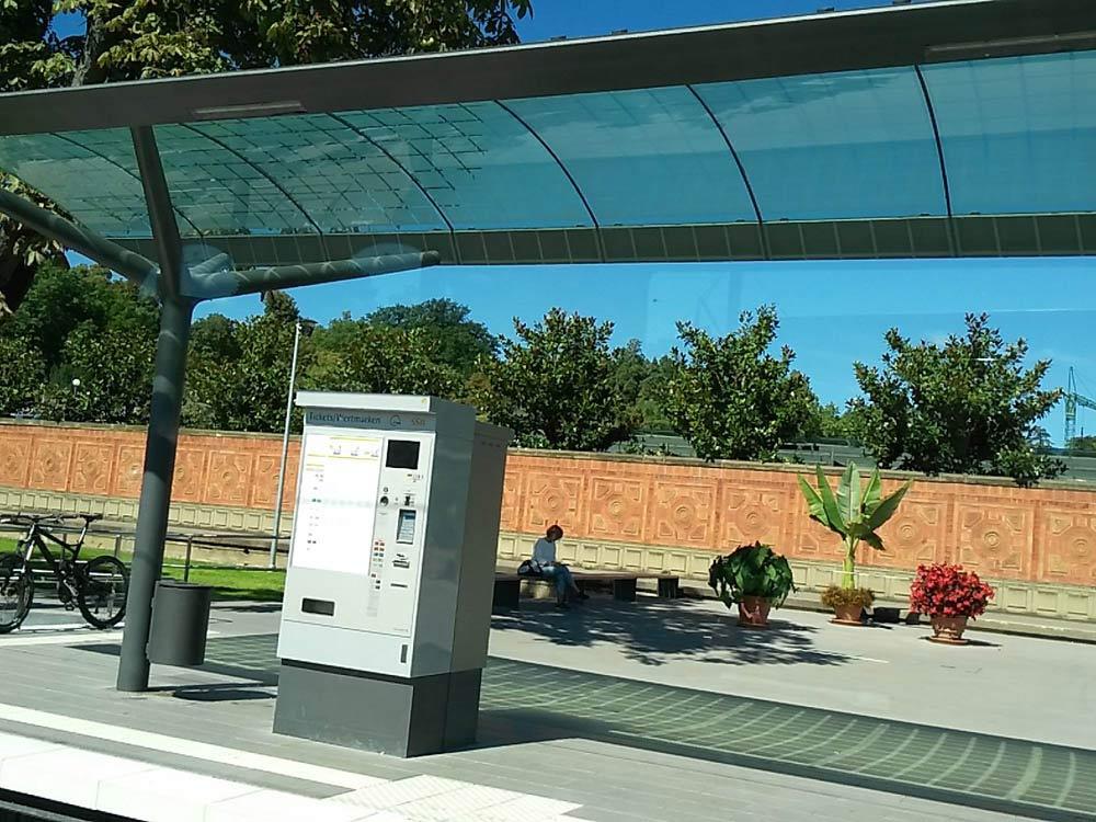 Die neue Stadtbahnhaltestelle Wilhelma mit fancy Dächle.