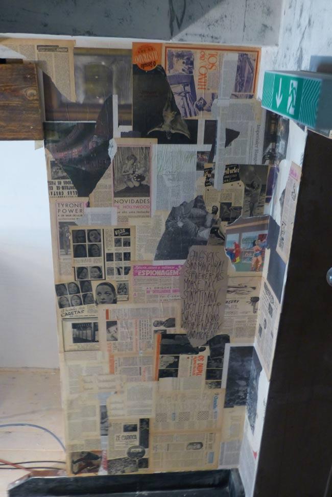 Treppenbereich und Upstairs mit Zeitungscollagen-Verkleidung