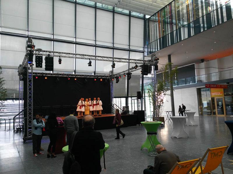 Albanische Performance...