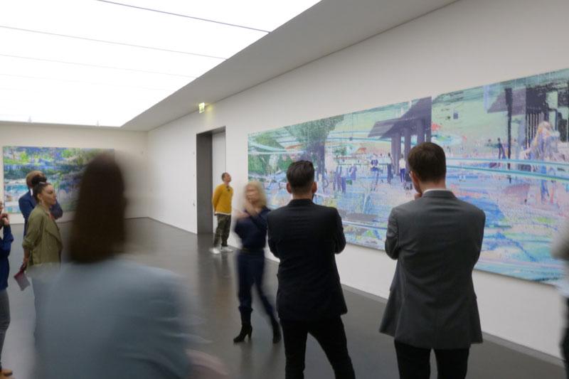 ...und die Besucher nehmen die typische Kunst-Betrachter-Position ein, z.B. Hände auf dem Rücken oder Zeigefinger auf den geschlossenen Lippen. Geht immer.