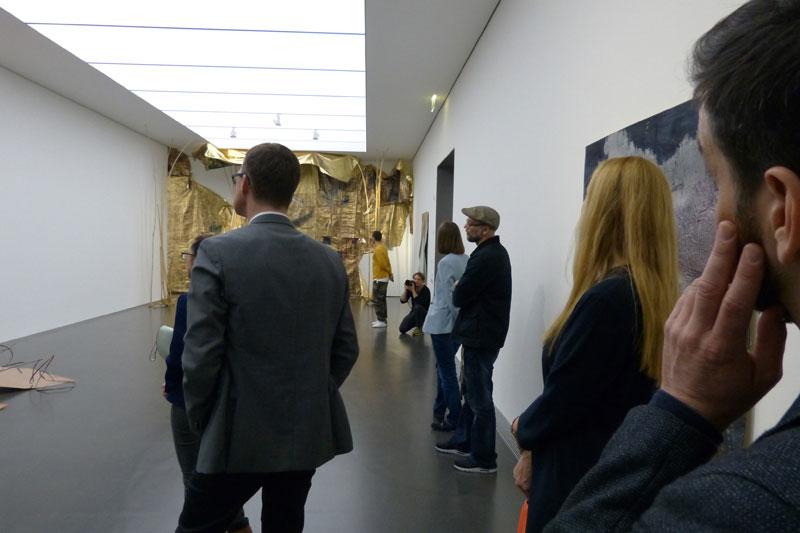 Im 2. Stock stellt Myriam Holme aus. Der Riesenlappen da im Hintergrund hat natürlich irgendeine Bedeutung, aber ich habe es natürlich vergessen.