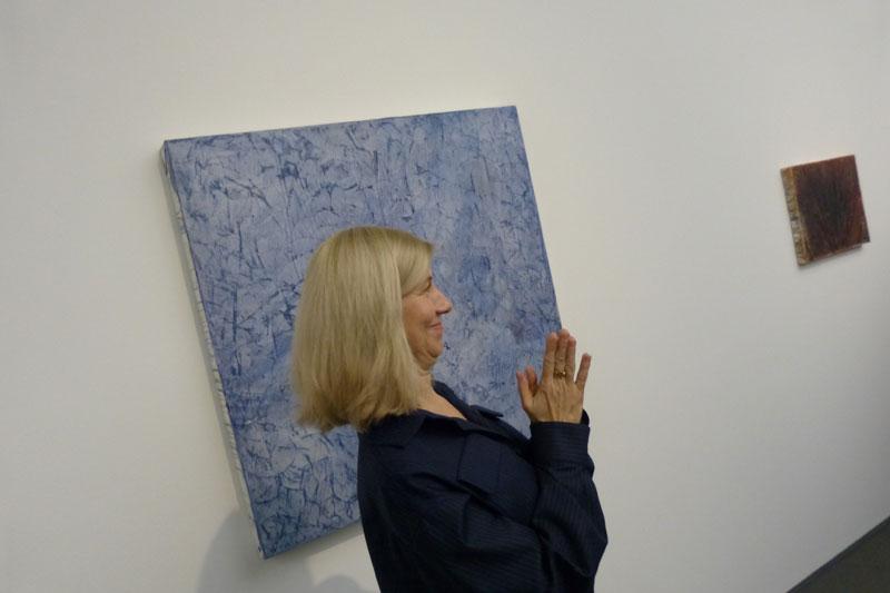 Ulrike Groos will von uns wissen, auf welchem Material dieses Kunstwerk entstanden ist. Ich glaube Backpapier. Oder Marzipan. Ne, Seife war's.