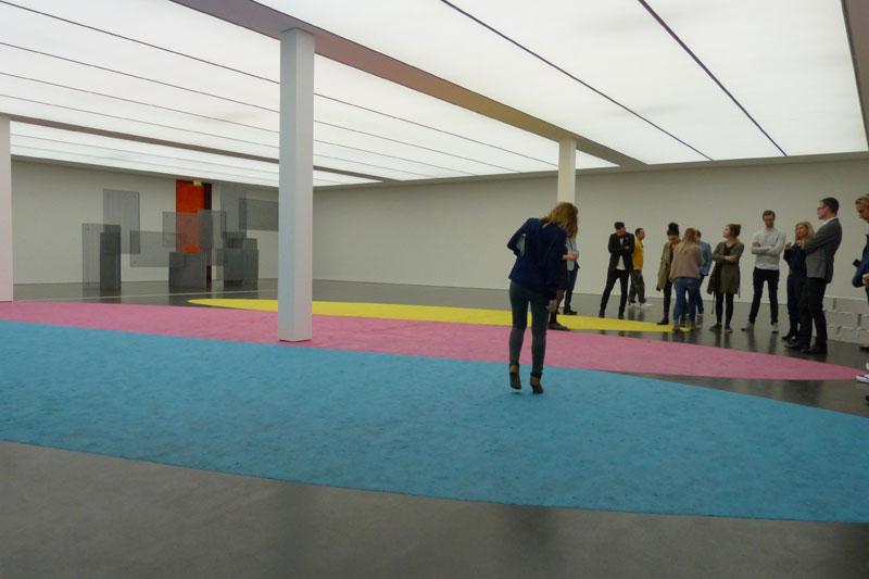 3. Stock, Leni Hoffmann. Das da auf dem Boden, meine Damen und Herren, ist Knet. Wie früher im Kindi. Darf man drüberlaufen, weil das macht das Kunstwerk komplett.