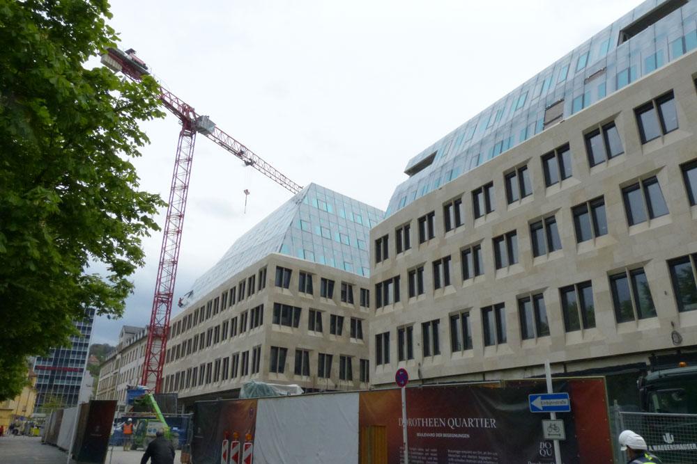 ...das in der Dorotheen-Straße ist. Der Breuninger hätte ursprünglich gerne anders gebaut und das Hotel Silber (ehemalige Stuttgarter Gestapo Zentrale) abgerissen.