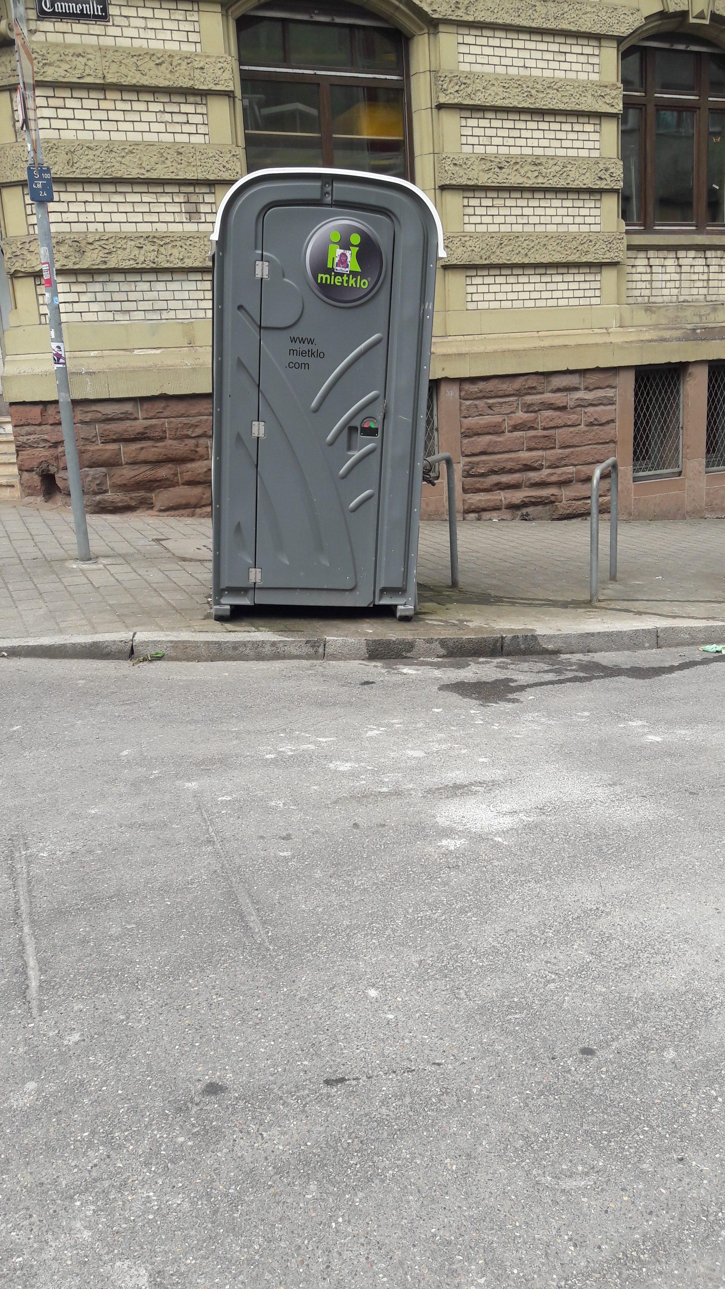 In den Querstraßen hält man sich bedeckter - in dezentem Grau, das eigentlich seit der Abort-a-porter 2014 nicht mehr fashion ist.