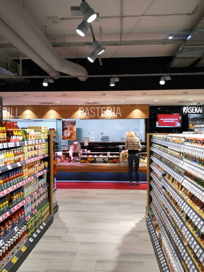 Der HIT ist mit 3000 Quadratmeter nun der größte Supermarkt in der Innenstadt. Viel größer als besagter Edeka kam er mir aber nicht vor.