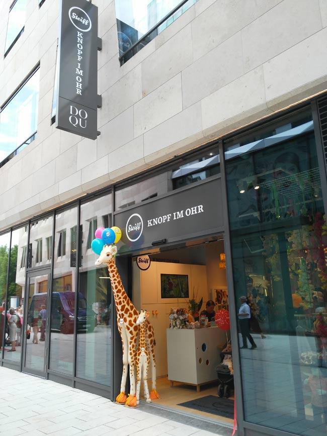 Der Steiff ist jetzt hier und nicht mehr in der Calwer und hat ne Giraffe und keinen Bären mehr am Eingang.