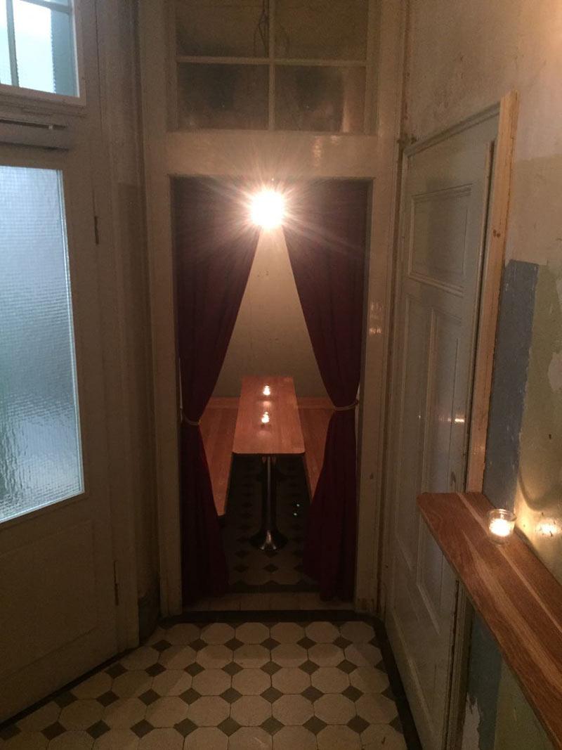 Fotos von Janusch jetzt: Das ist der kleine Stammtisch, mit Durchreiche zur Bar.