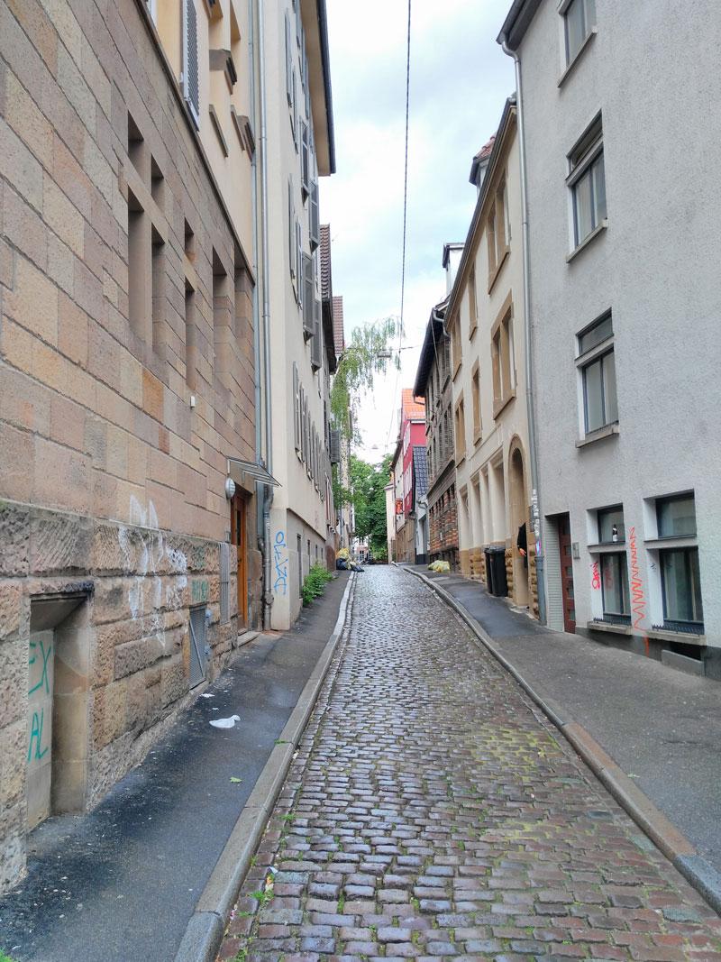 Korridor, naheliegender Name eigentlich, schaut man durch die Weberstraße.