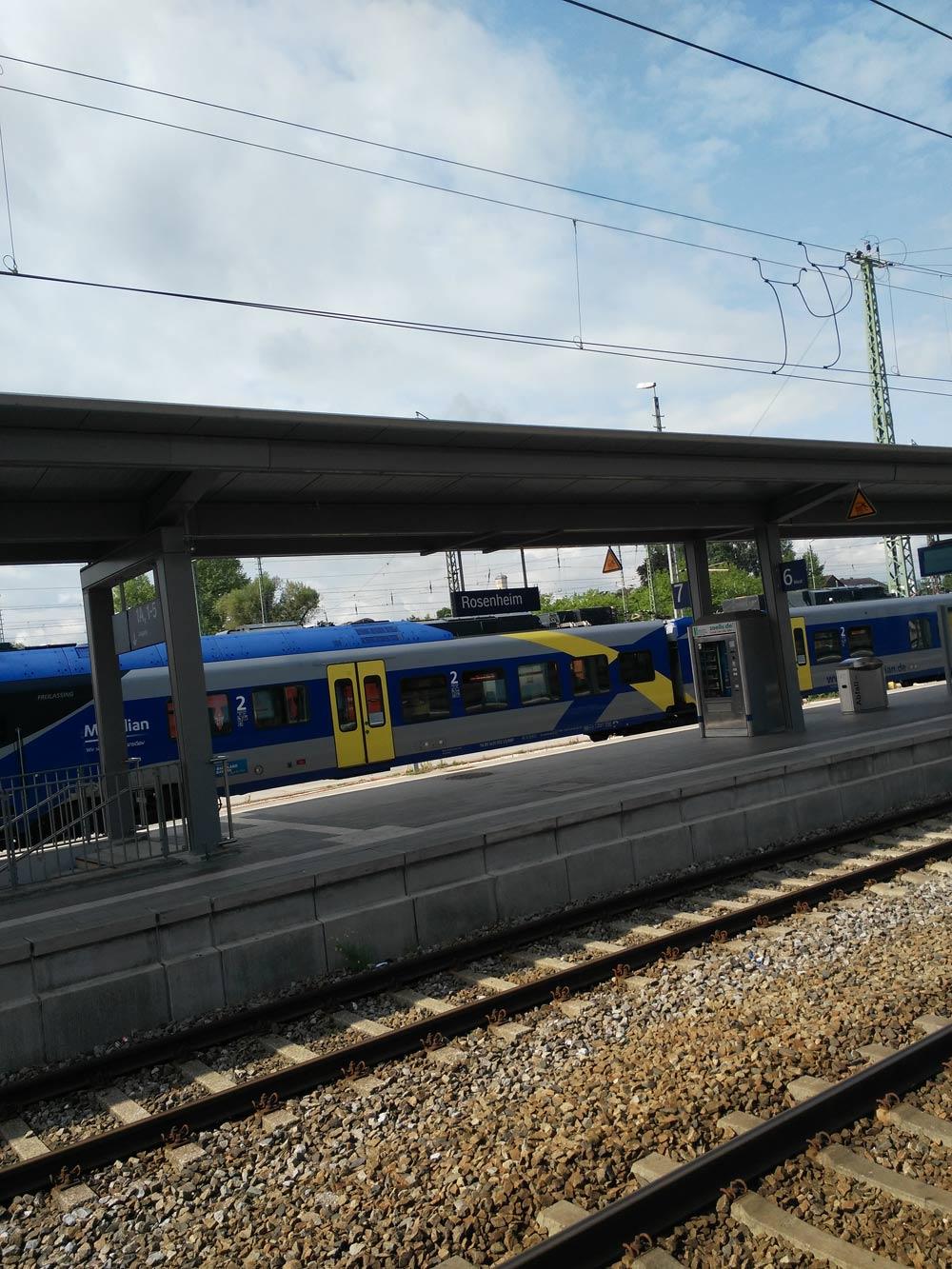 Rosenheim Bahnhof, Teil 2. Das da drüben ist der Meridian der Transdev GmbH. Verbindet zuverlässig MUC, RO, Salzburg, Kufstein und Chiemgau. Toilette on Board.