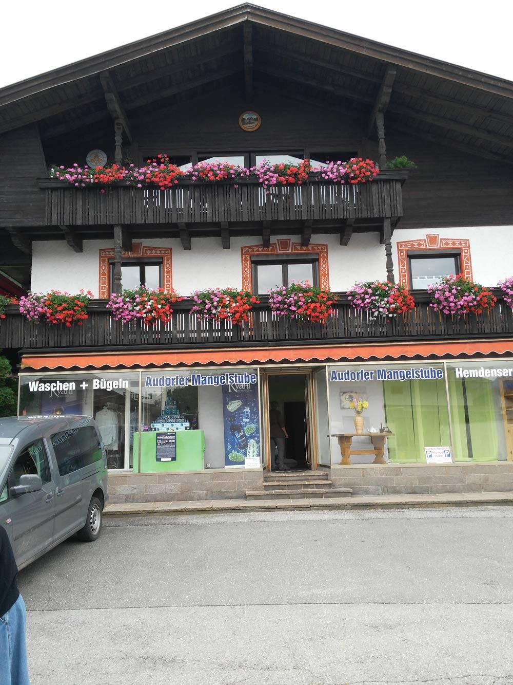 In Oberaudorf gibt's alles. Vom Ochsen bis zur Mangelstube. Da wird deine Vorhaut in die Mangel genommen. SM-Style Oberbayern