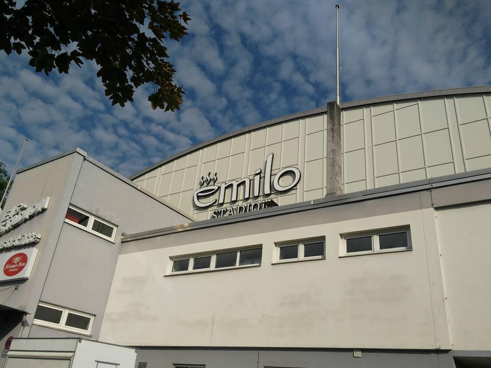 DJ Emilio hat sein eigenes Eisstadion in Rosenheim. Nur der Texter hat leider kapital versagt.