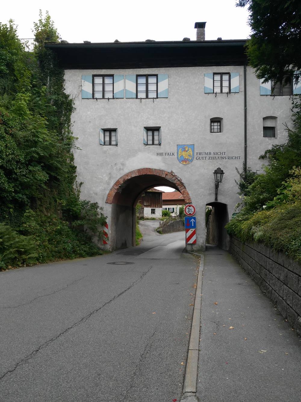 Unten Tor. Oben Museum.