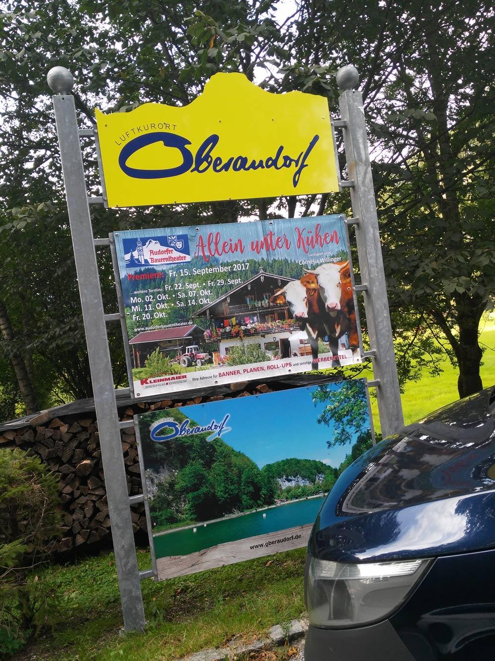 Back in Oberaudorf, dem Compton Oberbayerns. Alleine unter Crips, Bloods und Kühen.