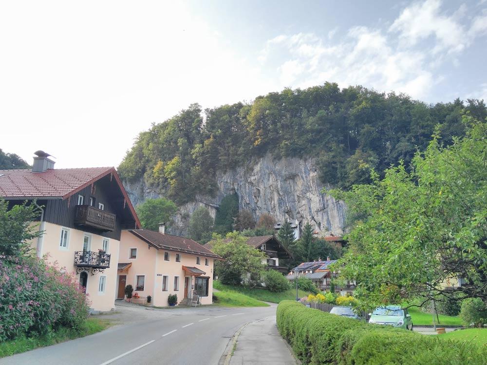 Ortseinfahrt von Kiefersfelden kommend. Mit Blick auf den Weber an der Wand.