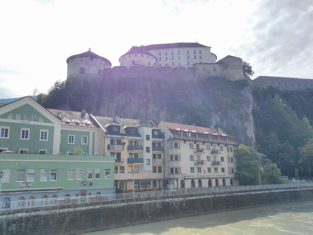 Kufstein hat übrigens ne Burg. Und einen Hans im Glück-Burger.