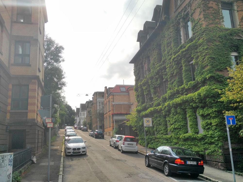 Fast so gut wie das legendäre zugewachsene Haus in der Heusteigstraße.