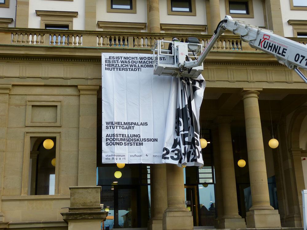 Banner-Aufhäng-Daumenkino. Jeder will so eine Hebebühne haben.