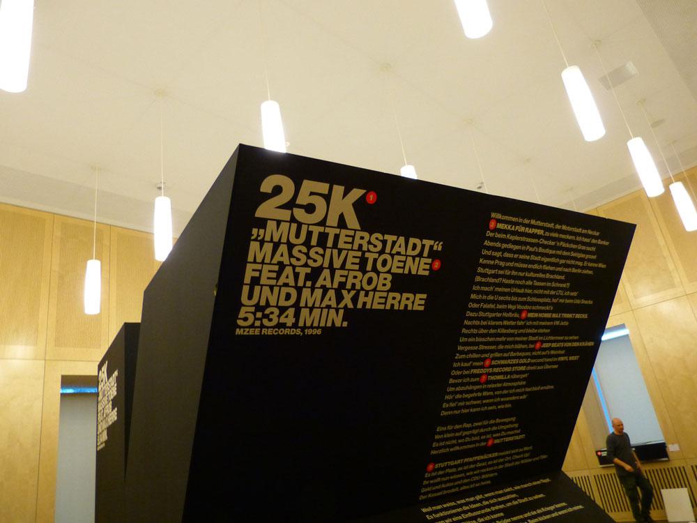 Passagen aus dem Mutterstadt-Text führen zu den Ausstellungsobjekten