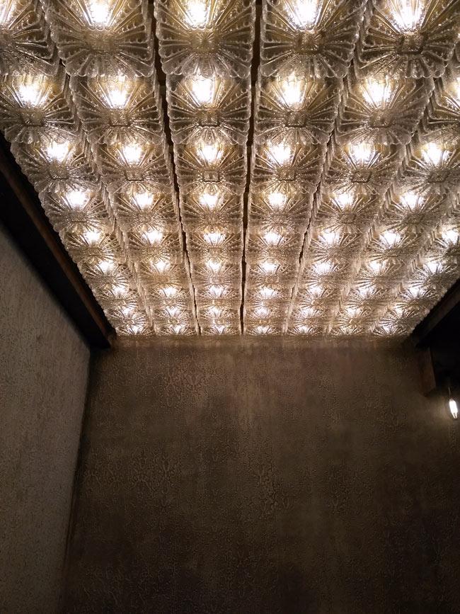 Decke mit Lampen, Lampen mit Decke. Alles selfmade. Ungefähr wie Jonathan Hart, nur anders.