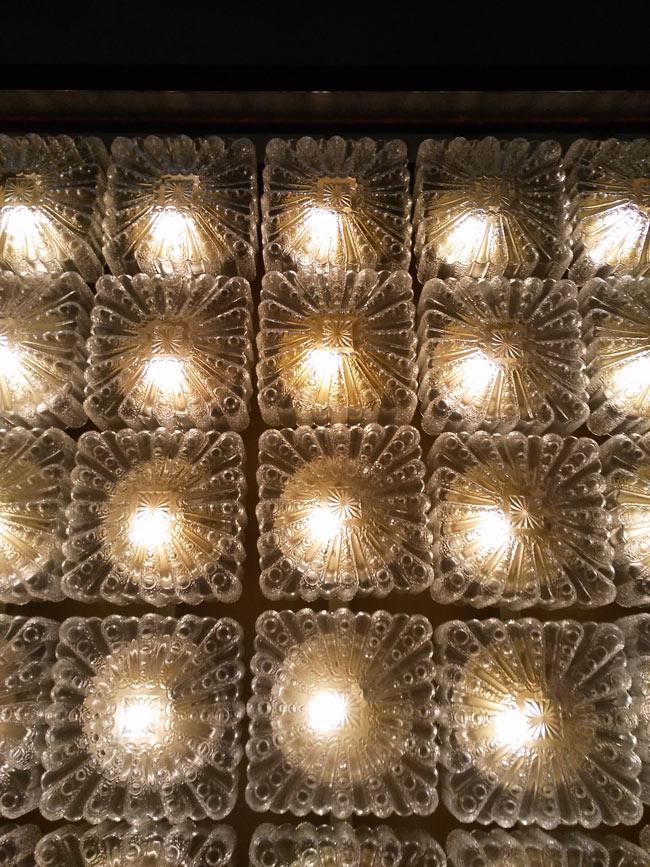 Nochmals: Lampen an Decke, Decke an Lampe. So würde ich es auch machen, würde ich Lampen an eine Decke hängen.