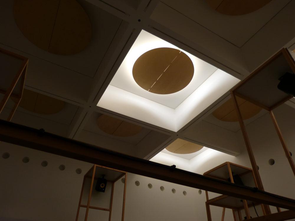 Bisschen schade: Durch die Raum-in-Raum-Konstruktion geht die Dachkonstruktion bis Herbst unter.