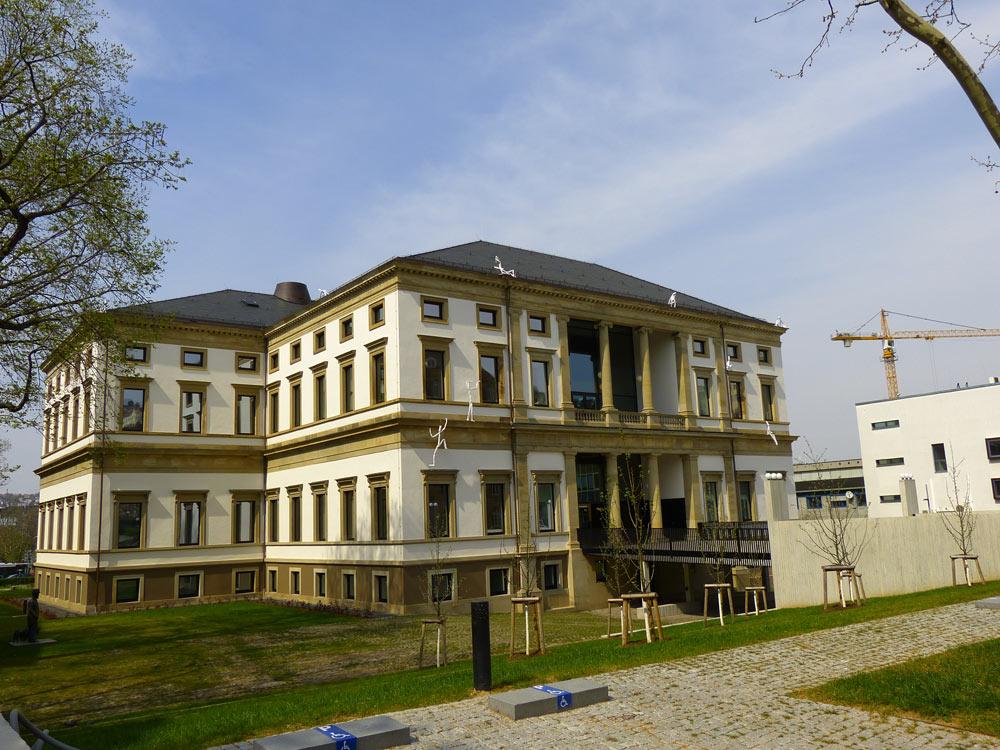 Jaaaaaaaa das Stadtmuseum, sorry, Stadtpalais. Ab Samstag offen. An der Fassade hängen schon die Figuren der Lichtgestalten