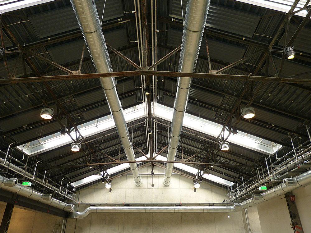 Neues Dach, neue Lüftung, alte Wagenhallen Stahlträger.