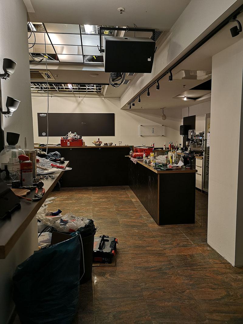 Hauptraum mit der neuen Bar, jetzt rechtwinkelig reingezimmert.
