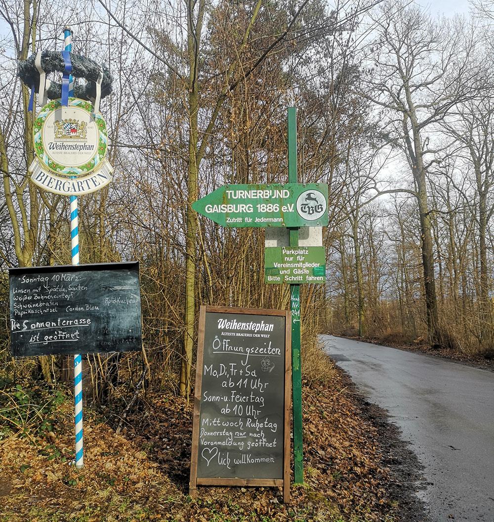 Waldebene Ost. Die geilste Waldebene wo gibt überhaupt. Mit geilen Schildern. Unendlich geilen Schildern.