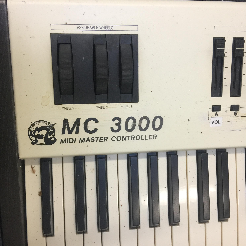 In einem Übungsraum: Ein Oberheim MC 3000 Keyboard, das sicher mal 3000 Mark gekostet hat.