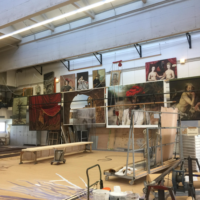 Die Abschlussarbeiten der MalerInnen werden hier aufbewahrt. Die Oper bildet selbst aus.