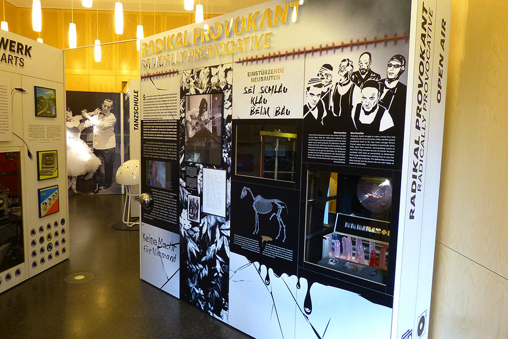 Floor 2: Rammstein und Dildos. Und dann eben die facettenreiche Deutschpop-Geschichte der letzten Jahrzehnte, West und Ost, bis zurück in die 1950er Jahre und noch weiters weg vom Schuss.