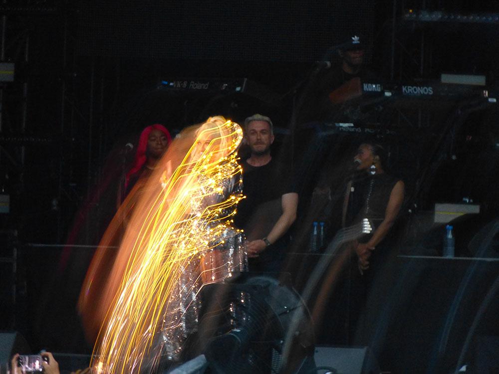 Auf diesem Bild sehen sie, wie Christina A. die WLAN-Kabel (gelb markiert) aus dem Neckarstadion geklaut hat.