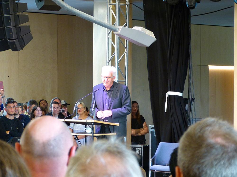 Winfried Kretschmann rappt in seiner Ansprache. Sag's mir ganz konkret.