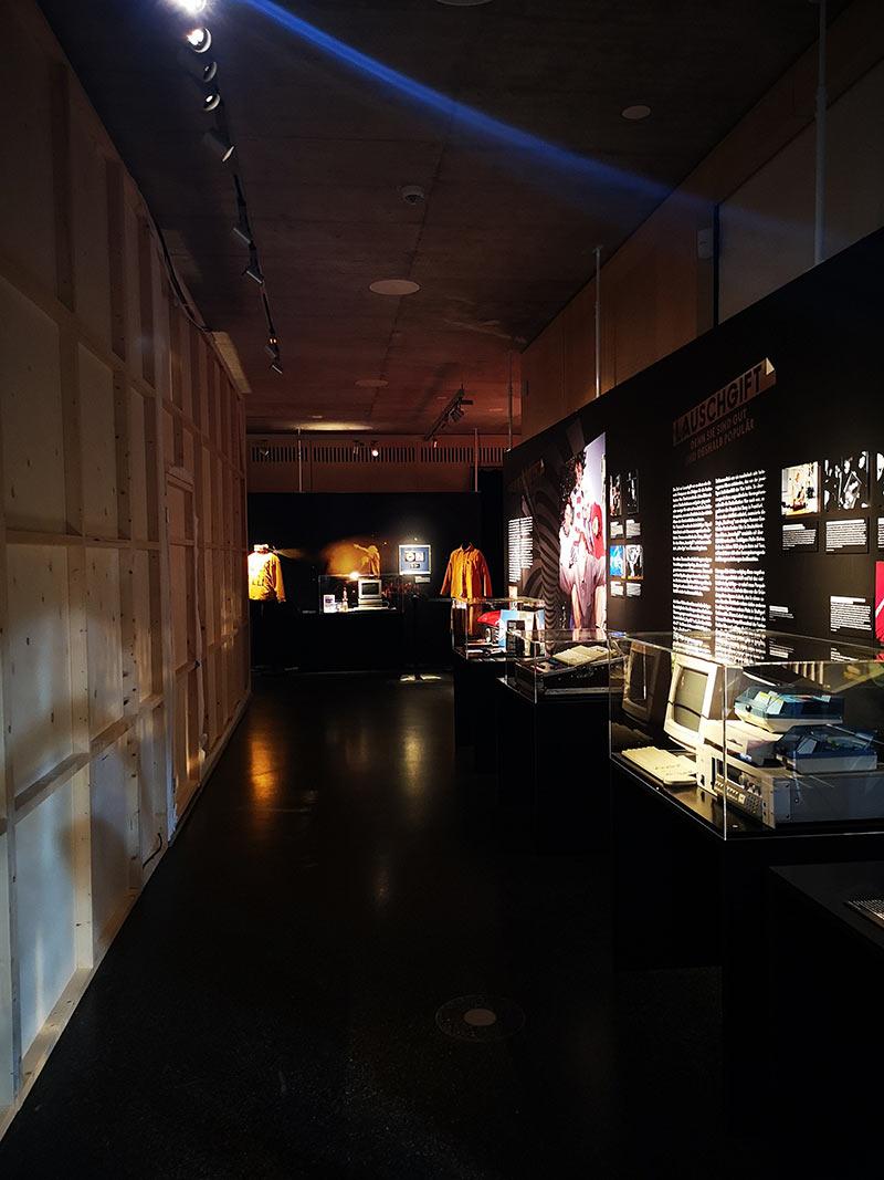 Ausstellung TROY - die Ringbahn mit Alben, Geräten, Fundstücken etc.