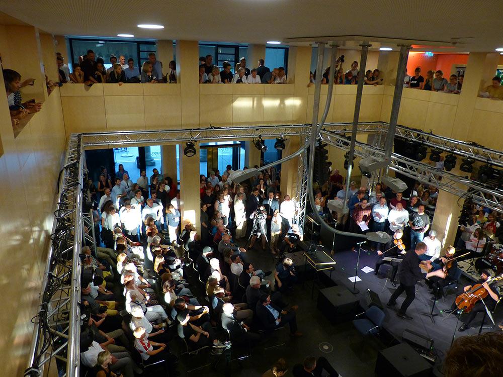 Kammerorchester Stuttgart und ein 200-köpfiger (!) Chor.