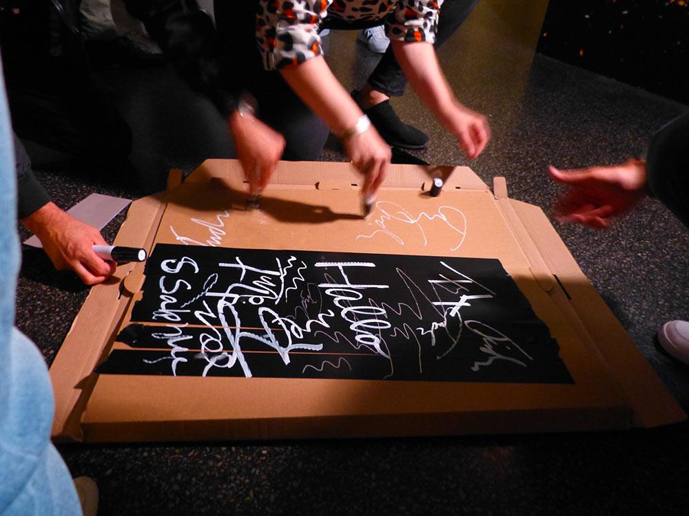 Nach der PK haben alle vier ihre Porträt am Eingang unterschrieben. Stiftecheck.