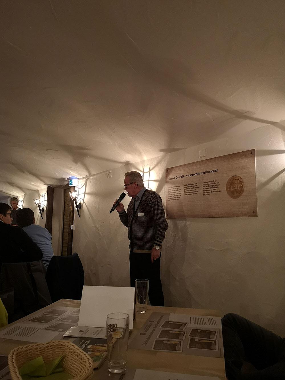 Dinkelacker-Mitarbeiter (a.D.) Walter Kurz führt leidenschaftlich und überaus humorvoll durch den Abend.