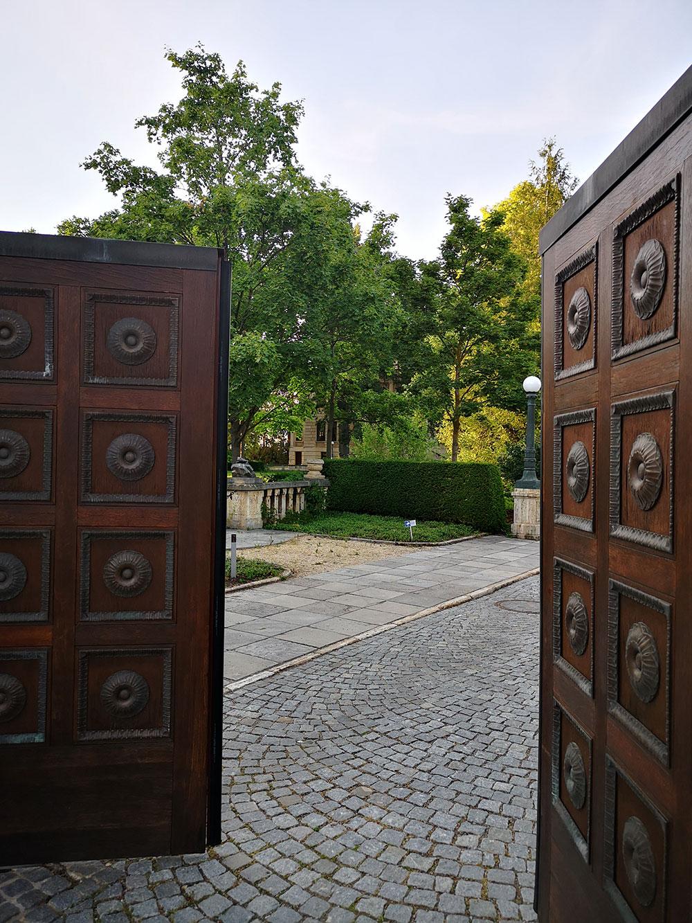 Mythos Bosch-Stiftung. Home of the Brains. Manche sagen Elfenbeinturm. Gleich kommt Bill Gates raus.